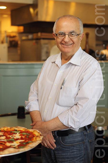 Nick's Pizza店的老闆Gus Giannakoulis先生在Pizza行業有著數十年的豐富經驗,深得顧客信賴。(張學慧/大紀元)