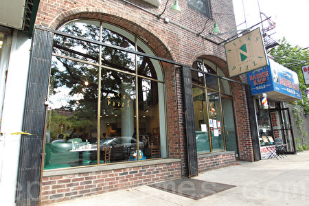 位於森林小丘(Forest Hills)繁華商業街的Nick's Pizza店。(張學慧/大紀元)