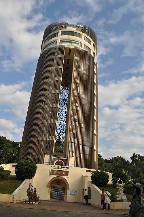 射日塔(嘉义神社本殿遗址),高62公尺,塔顶可以眺览嘉义市区景色。 (图片提供:tony)