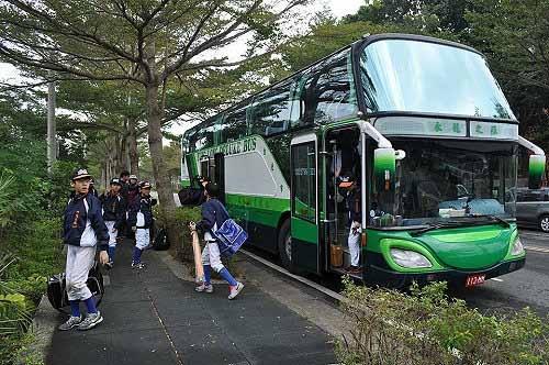 内湖社区少棒队抵达和兴国小棒球场。 (图片提供:tony)