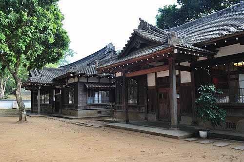 嘉义市史迹资料馆(左为嘉义神社社务所,右为嘉义神社斋馆)。(图片提供:tony)