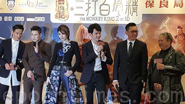 陳慧琳(左三)很開心可以再度演觀音,表示百做不厭。(李蓉/大紀元)
