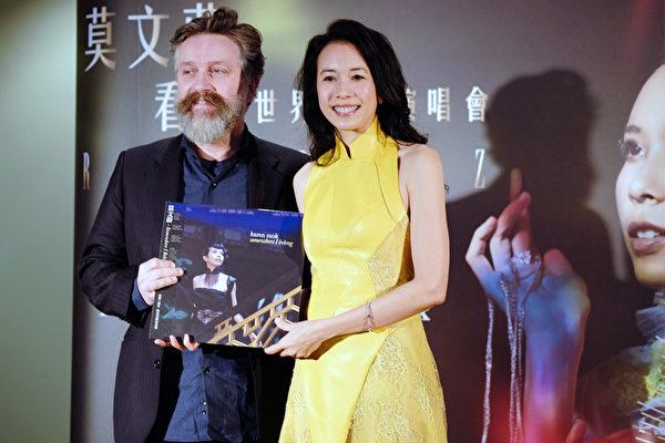 知名制作人Ross Cullum送上他为莫文蔚制作的爵士专辑发行三周年、环球音乐加码献礼典藏黑胶唱片。(环球音乐提供)