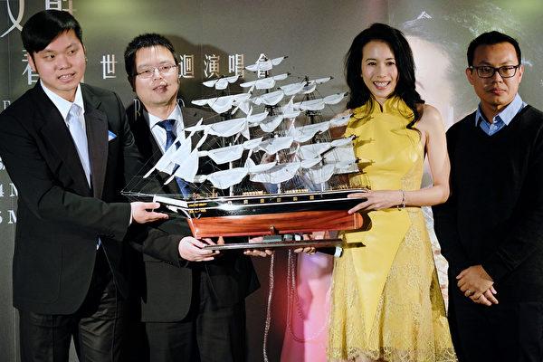 莫文蔚接受主办方致赠的一艘模型船。(环球音乐提供)