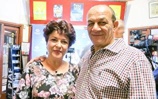 英文教师Anita Pasies与丈夫观看了神韵世界艺术团在珀斯帝王歌剧院(Regal Theatre)的第五场演出,她称赞神韵做了一件绝对杰出的工作,给人以希望。(周鑫/大纪元)