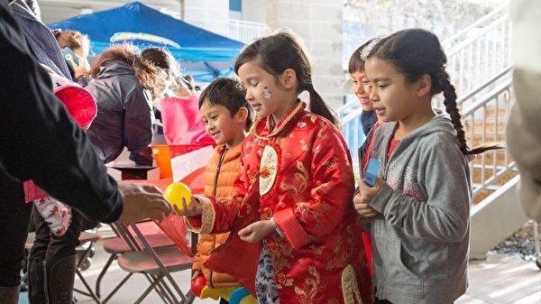 图:虽正赶上罕见狂风暴雨,1月31日,圣地亚哥中华学苑新年庆祝活动风雨无阻,如期举行。(照片由中华学苑David Sprouse提供)