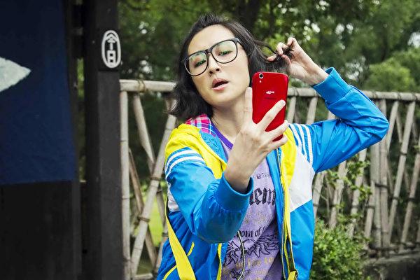 柯佳嬿转型搞笑演出的电影《五星级鱼干女》,下个月3月18日全台上映。(海鹏提供)