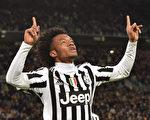 """夸德拉多的传中球造成对方""""乌龙"""",助尤文图斯1-0小胜热那亚,取得13连胜。 (Valerio Pennicino/Getty Images)"""