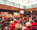 2月2日在市议会上,库市理性发展公投提案结束征签,正式提交了4千多支持签名。(马有志/大纪元)