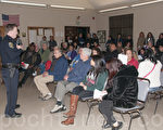 在2月2日的社区会议上,外米慎区居民向当地警官提出大麻店可能引起的治安问题。(周凤临/大纪元)
