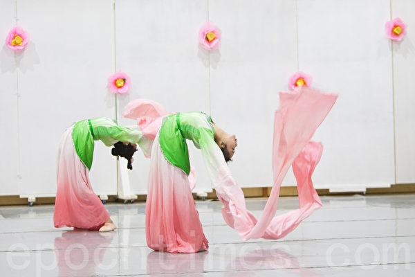 图:加州飞天艺术学院学生的中国古典舞表演。(马有志/大纪元)