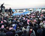 2016年2月5日,叙利亚逃离战火的阿勒颇北部居民在巴布萨拉马(Bab-Al Salama)等待土耳其过境检查站的检查。有观察人士说已有四万人逃离。(BULENT KILIC/AFP/Getty Images)