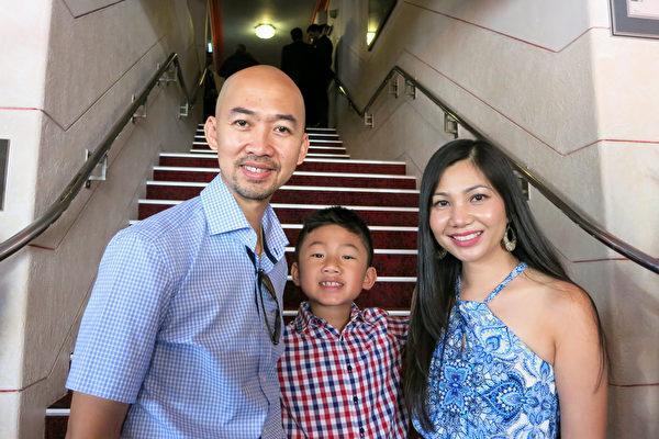 2016年2月6日下午,西澳Wanneroo市议员Hugh Nguyen带着太太和儿子一同观赏了神韵在澳大利亚珀斯帝王歌剧院(The Regal Theatre)的第八场演出。(周鑫/大纪元)
