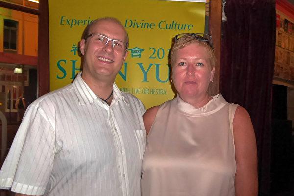 2016年2月6日晚North-Hickey夫妇在珀斯帝王歌剧院子(Regal Theatre)观赏了神韵演出。(史迪/大纪元)