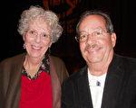 神韻演出給Robert John和Cathy John夫婦留下了很深的印象,John先生說:「獨一無二,這和我曾看過的任何一個演出都不同,非常好,非常流暢,令人難以置信。」 (蕭財英/大紀元)