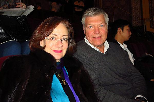 眼科医生Robert Child先生与夫人欣赏了神韵巡回艺术团2016年2月6日在美国罗德岛州普罗维登斯市表演艺术中心的演出后,表示很喜欢看男子舞蹈。(秦川/大纪元)
