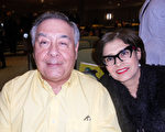 2月6日晚上醫學博士Armando Navarro和太太Carmen Navarro觀看了神韻紐約藝術團在佛州西部海濱城市威尼斯的精彩演出。(蕭財英/大紀元)