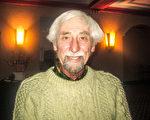 已退休的醫學醫療檢驗師Scare Wickman表示,神韻展現神傳文化,他深深地陶醉其中。(李佳/大紀元)