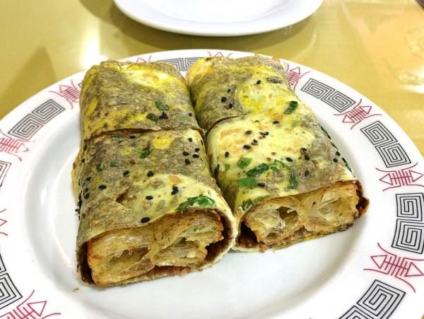 煎饼果子是天津街头巷尾常见的早餐小吃。(谭安/大纪元)