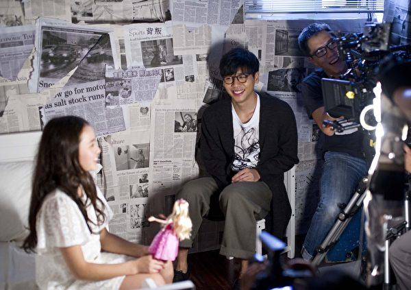 蔡旻佑拿Rain喜愛的芭比娃娃當麥克風講話,讓她覺得好有趣。(一起娛樂提供)