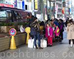 根據日本經濟、貿易和工業部門估計,到2019年中國人在日本的網絡購物將會增加三倍達到2.34兆日元。圖為中國遊客在銀座的免稅店前。(盧勇/大紀元)