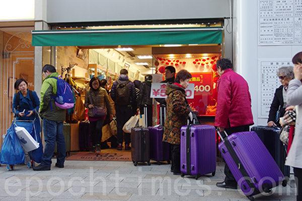 2016年中國新年前夕大年三十,中國遊客在日本銀座購物和觀光。(盧勇/大紀元)