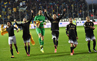 尤文图斯客场2-0击败弗罗西诺内,继续改写着球队意甲连胜纪录。 (Giuseppe Bellini/Getty Images)