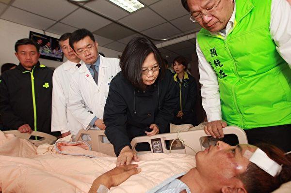 中华民国总统当选人蔡英文(中)8日前往台南市奇美医院探视慰问地震伤者。(奇美医院提供)