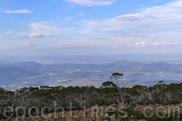 站在威灵顿山顶俯瞰霍巴特及周边的风景。(华苜/大纪元)