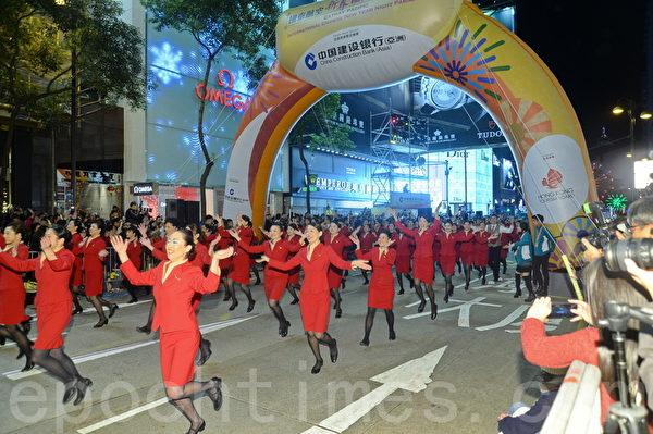 香港大年初一举行第21届花车巡游,今年共有来自10个国家的35组花车和表演队伍尽情演出,还有可爱的灵猴载歌载舞。浓厚的过年气氛,不仅是本地居民的盛事,还吸引各国游客前往尖沙咀一睹为快,共贺猴年的到来。(宋祥龙/大纪元)