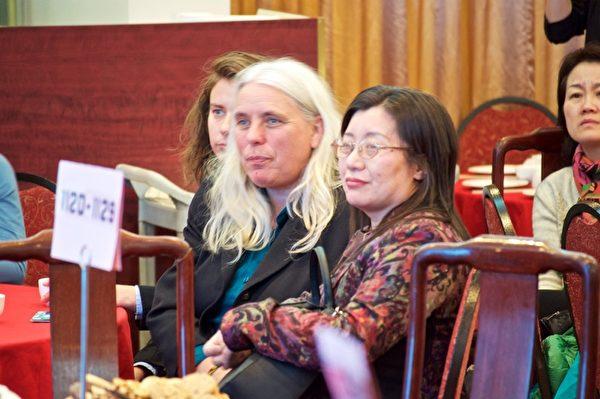 特邀嘉宾魁北克省议员Manon Massé(左)参加了大纪元新年餐会及沙龙活动。(Félix Boulanger / 大纪元)