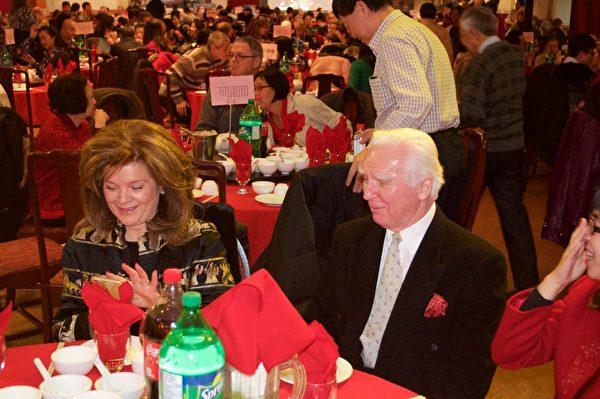 蒙特利尔大纪元广告客户、新年餐会赞助商,驰名北美乃至世界的Schwartz's熏肉熟食店老板(右)和大型连锁高档餐饮Bâton Rouge的总裁(左)到场同庆中国新年。(Félix Boulanger / 大纪元)