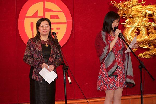 大纪元时报蒙特利尔分社社长Julia Hu女士(左)在餐会上致词。(Félix Boulanger / 大纪元)