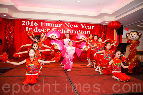 法拉盛华商会猴年大年初一举办庆祝活动,孩子们表演精彩中国传统节目庆新年。(戴兵/大纪元)