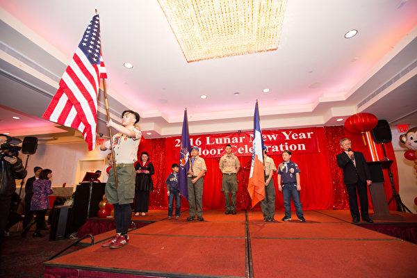 2016年2月8日,纽约法拉盛华人工商促进会举办迎接中国新年庆典活动。童子军持国旗入场。(戴兵/大纪元)