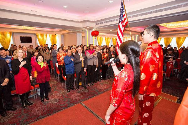 2016年2月8日,纽约法拉盛华人工商促进会举办迎接中国新年庆典活动。唱美国国歌。(戴兵/大纪元)