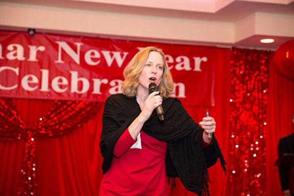 2016年2月8日,纽约法拉盛华人工商促进会举办迎接中国新年庆典活动。皇后区区长凯兹 (Melinda Katz)向华人拜年。(戴兵/大纪元)