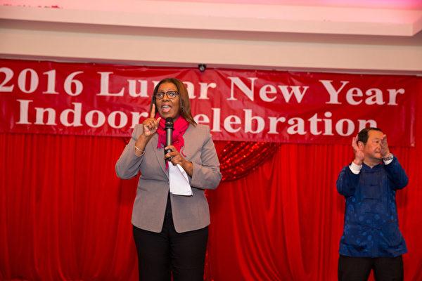 2016年2月8日,纽约法拉盛华人工商促进会举办迎接中国新年庆典活动。市公益维护人詹乐霞(Letitia James)到场祝贺。(戴兵/大纪元)