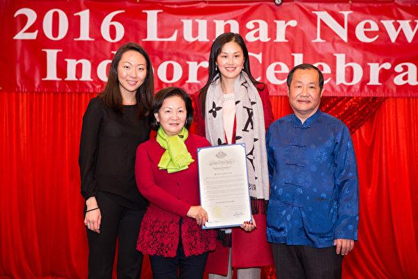 2016年2月8日,纽约法拉盛华人工商促进会举办迎接中国新年庆典活动。州长代表颁奖。(戴兵/大纪元)