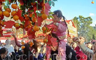 一年一度的香港許願節在大埔林村許願廣場舉行,節目包括拋寶牒許願、燃點蓮花燈祈福及花車展覽等,吸引許多市民入場。(宋祥龍/大紀元)