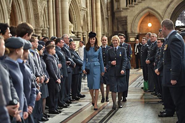 2月7日,凱特一襲藍衣參加了英國皇家海軍學校75周年活動。(Eddie Mulholland - WPA Pool/Getty Images)