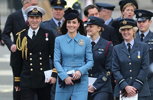 2月7日,凱特一襲藍衣參加了英國皇家海軍學校75周年活動。(Chris Jackson/Getty Images)