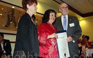 松柏社社長何張翠姝接受托倫斯市市長派區克‧佛瑞(Patrick J Furey)與托倫斯市市議員海蒂‧艾希克(Heidi Ashcraft)頒發褒獎狀。(徐綉惠/大紀元)