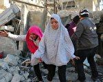 2016年2月8日,俄军轰炸阿勒颇城北的住宅区,图为二名阿勒颇女孩控诉俄军空袭摧毁她的家。(AMEER AL-HALBI/AFP/Getty Images)