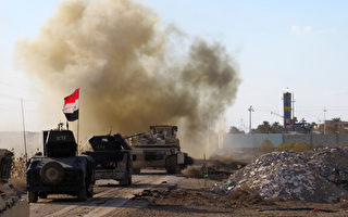 2016年2月8日,伊军重新夺回拉马迪东郊控制权后,亲伊拉克民兵的装甲车在拉马迪东郊的吉瓦巴区内行进。(MOADH AL-DULAIMI/AFP/Getty Images)
