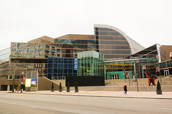 神韵国际艺术团2016年2月9日在美国路易维尔的肯塔基表演艺术中心惠特尼剧院上演了今年在当地的首场演出。(林南/大纪元)