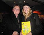 2月9日晚,攝影師Daniel Feth先生和太太Lynnda Feth驅車單程兩小時觀看了神韻巡迴藝術團在美國馬里蘭州巴爾的摩的首場演出。(李辰/大紀元)
