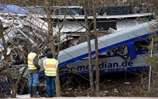 """德国南部两辆列车迎面相撞,现已造成十人死亡。据初步估计,事故原因是""""人为疏忽""""。(SVEN HOPPE/AFP/Getty Images)"""