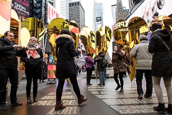 熙熙攘攘的時代廣場,人們紛紛被情人節的裝置藝術吸引。(Andrew Renneisen/Getty Images)