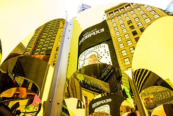 從鏡中看時代廣場,如同萬花筒般,景物錯落呈現。(Andrew Renneisen/Getty Images)